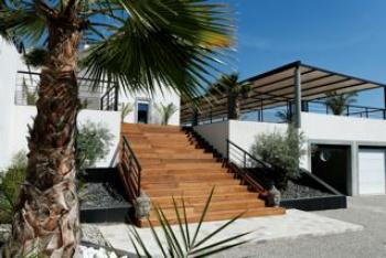 Vente maison la cadiere d 39 azur contemporaine avec vue for Maison piscine a debordement